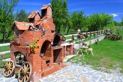 轮子推车和砖烤箱 库存图片