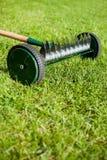 轮子犁耙在老庭院里 库存照片