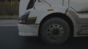 轮子继续前进在沥青背景的卡车汽车郊区路 影视素材