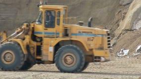 轮子移动在建造场所的装载者推土机 股票录像