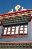 轮子Dharma和在修道院屋顶, Rewalsar,印度的二头鹿的雕塑 免版税图库摄影