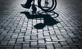轮椅剪影 免版税库存照片