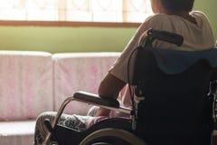 轮椅厕所的亚裔资深或年长老妇人妇女患者 库存图片