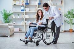 轮椅参观的医生的残疾患者规则检查的 免版税图库摄影