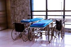 轮椅和床在医院区域 免版税库存图片
