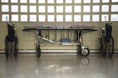 轮椅和strtcher停车处在大厦 图库摄影
