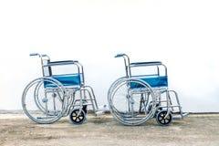 轮椅备用为帮助一位老人 免版税库存照片