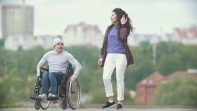 轮椅的一起走残疾的人她的码头的女朋友 股票录像