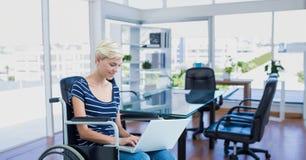 轮椅的女实业家 库存照片