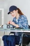 轮椅的女性技术测试电子设备 免版税图库摄影