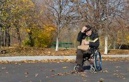 轮椅的孤独的有残障的人 图库摄影