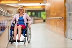 轮椅的少妇在医疗中心 免版税图库摄影