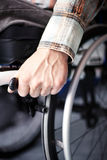 轮椅的年轻人 库存图片