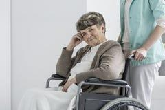 轮椅的担心的妇女 库存图片