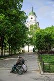轮椅的无家可归的残疾人 免版税库存照片