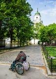 轮椅的无家可归的残疾人 免版税库存图片