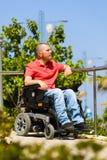 轮椅的残疾人作梦在公园的 图库摄影