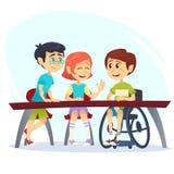 轮椅的男孩坐在军用餐具的桌上和谈话与朋友 有愉快的孩子的学生交谈 学校包括co 皇族释放例证