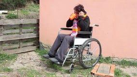 轮椅的疯狂的妇女 股票视频