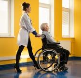 轮椅的老人 免版税库存图片