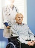 轮椅的老人 免版税库存照片