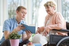 轮椅的老妇人 免版税库存图片