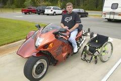 轮椅的被麻痹的人 免版税图库摄影