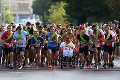 轮椅的马拉松完全失去能力的人 免版税库存图片