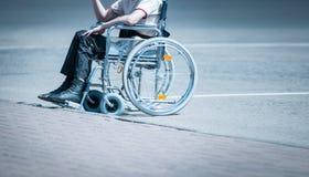 轮椅的年轻人在单独路。 图库摄影
