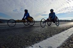 轮椅的活跃残疾两名妇女详述了体育概念 库存照片