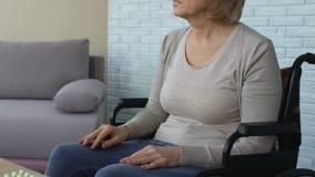 轮椅等待的护士的,医学的时刻疲乏和生气老妇人 影视素材