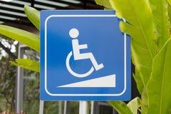 轮椅走道标志或轮椅倾斜标志 免版税库存图片