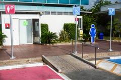 轮椅通入标志,残疾公共厕所 免版税库存图片
