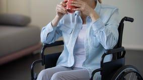 轮椅饮用的茶的资深妇女,在家放松的领抚恤金者,休闲 影视素材