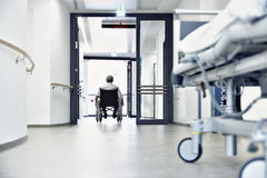 轮椅医院走廊床 免版税图库摄影
