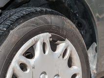 轮毂罩损坏了,打破和抓从车祸 免版税库存照片
