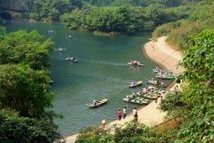 轮渡停放在参观Trang的游人的一个码头生态旅游复合体,是复杂秀丽-称a的风景 库存照片