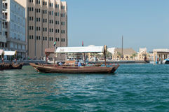 轮渡单桅三角帆船在迪拜 图库摄影