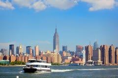 轮渡和曼哈顿地平线 图库摄影