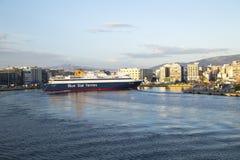 轮渡在比雷埃夫斯港口,雅典,希腊到达- 2014年5月 免版税库存图片