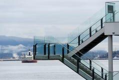 轮渡在防波堤江边附近的煤炭港口在西温哥华 库存照片