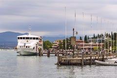 轮渡的人们从2016年7月31日的码头航行在西尔苗内,意大利 图库摄影