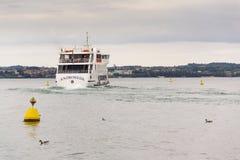 轮渡的人们从2016年7月31日的码头航行在西尔苗内,意大利 免版税库存图片