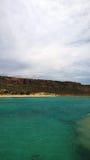 从轮渡的看法往格拉姆武萨群岛海岛的海岸  明亮的绿松石水 垂直的视图 免版税库存图片