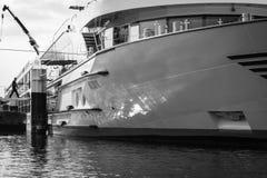 轮渡船得到上与passangers,在单色black/wh 库存照片