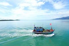 轮渡装入汽车车acroos泰国海湾到张岛 库存照片