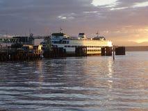 轮渡靠码头在日落 库存图片