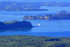 轮渡风帆鸟瞰图往奥克兰市的从Waiheke Isla 免版税图库摄影