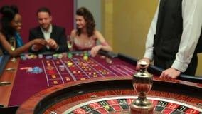 轮盘赌的人位于打赌 股票视频