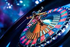 轮盘赌的赌轮有明亮和五颜六色的背景 免版税库存照片